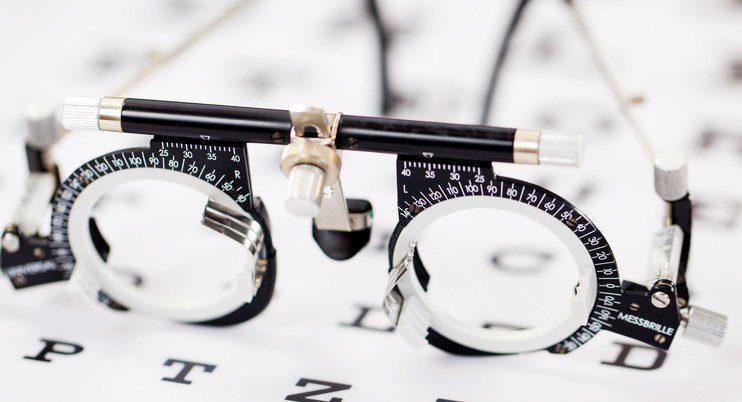 Mesure de la vision pendant un examen de la vue