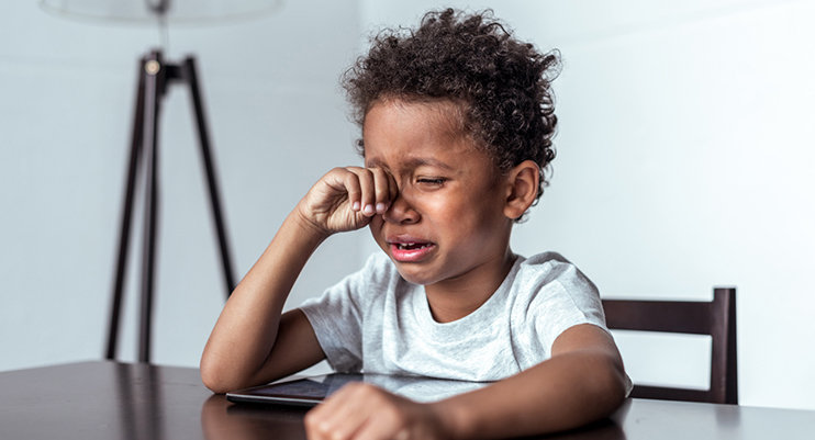 Dangers de la lumière bleue pour les yeux des enfants